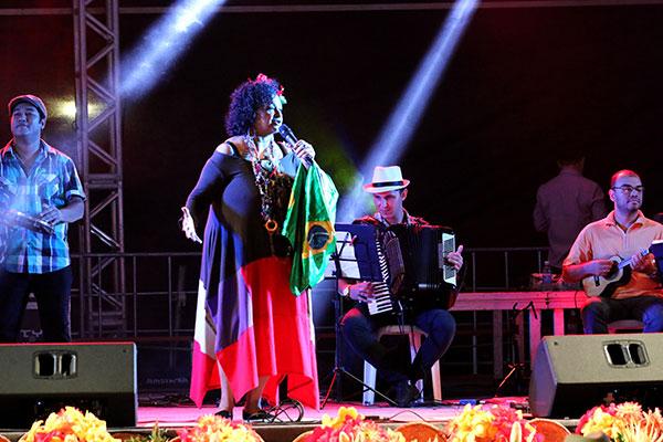 Intérprete Dodora Cardoso embala da festa com homenagem ao ícone brega José Ribeiro