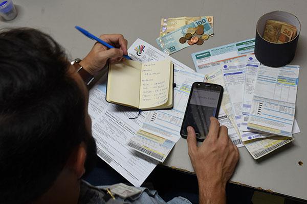 Maioria dos brasileiros opta por atrasar contas básicas, como água e luz, pois juros são mais baixos
