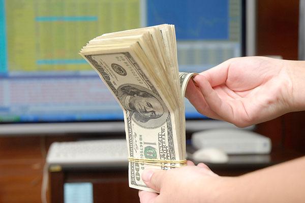Dólar acumula altas consecutivas em decorrência do mercado internacional e cenário político local
