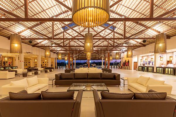 Hall de entrada do Vila Galé é um convite ao lazer. Salas de estar, jogos café e bar, além do restaurante no subsolo