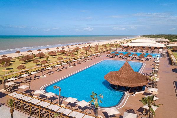 Resort à beira mar tem estrutura de piscinas para lazer e esporte