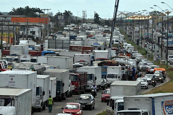 Caminhoneiros promoveram greve entre maio e junho em decorrência do alto custo do diesel