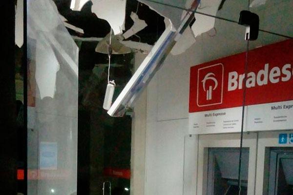 Uma das agências, a do Bradesco foi alvo das explosões, parte do teto desabou