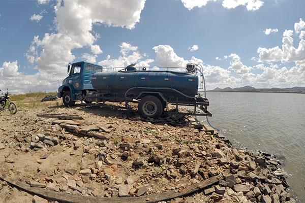 Caminhões pipa continuarão fornecendo água nas cidades em estado de emergência