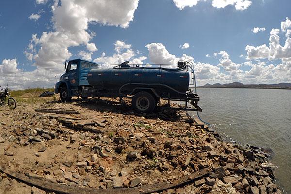 O abastecimento de localidades com caminhões-pipa faz parte das ações emergenciais nas zonas urbanas e rurais dos municípios