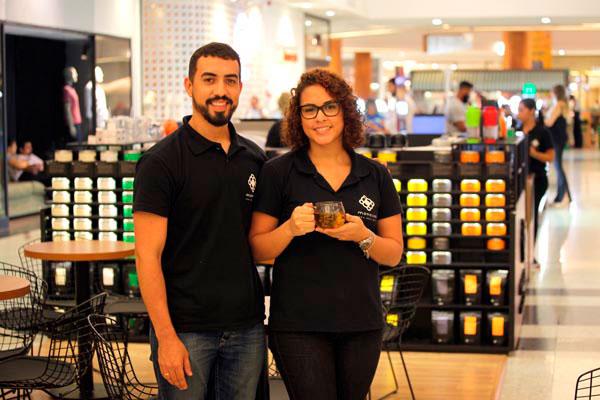 """Gustavo e Eloísa Cunha cultivaram o gosto pelos chás em suas viagens: """"Nosso conceito é que o chá deve ser bebido por prazer"""""""