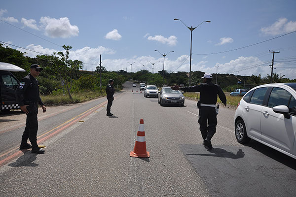 PM realiza barreira policial na avenida Omar O´Grady, prolongamento da Prudente de Morais. Total de barreiras não foi divulgado