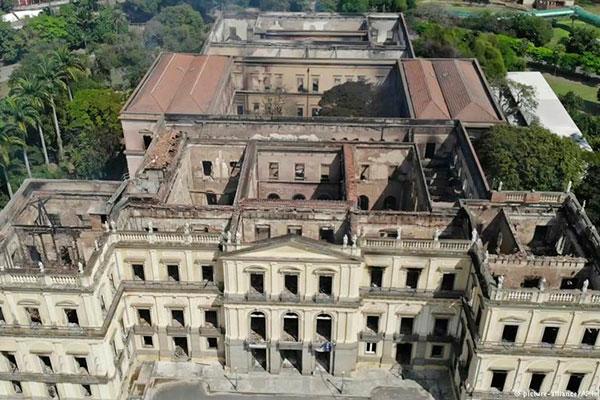 Museu Nacional do Rio pegou fogo há quase um mês