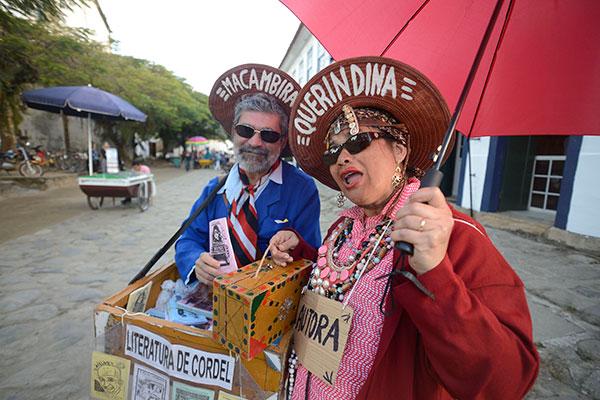 O casal de poetas/folheteiros paraibanos Macambira & Querindina