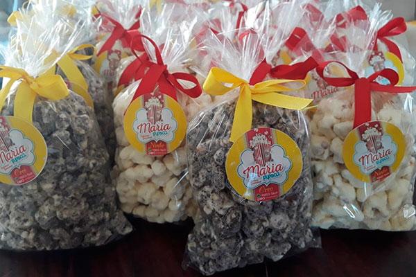 Na Maria Pipoca, a guloseima é moldada ao chocolate e saborizada
