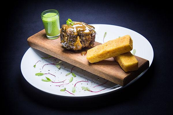 Rabada ao molho com polenta à milanesa é o prato da Toca da Coruja