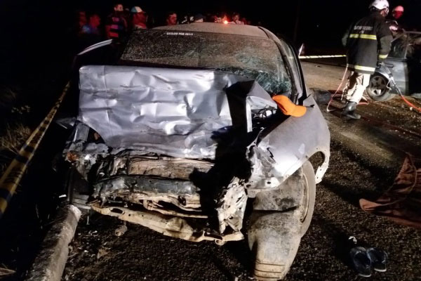 O impacto do acidente deixou a frente dos dois carros totalmente destruídas