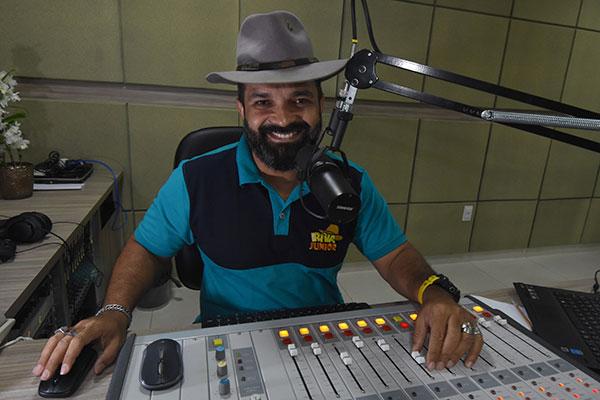 Apresentador de programa voltado para a cultura sertaneja, com um sotaque típico e trilha sonora de raiz, lembra as muitas histórias e personagens que lhe inspiram nesses 18 anos de carreira