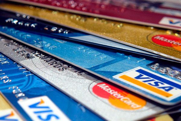 Taxa média do rotativo do cartão de crédito caiu em relação a agosto, chegando a 309,9% ao ano