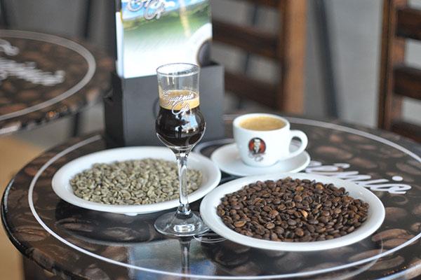 Na cafeteria, o cliente pode ver os grãos verdes serem torrados, moídos e servidos no local