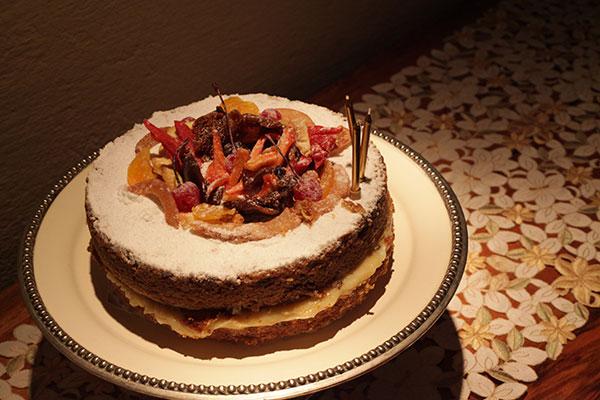 A Torta de frutas decora o salão antes de ser degustada no jantar