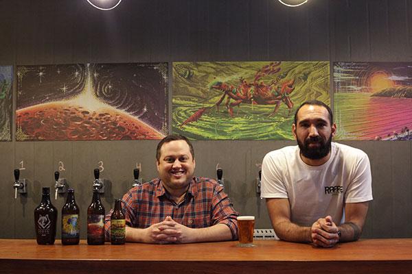 Adriano Miranda e Raul Souza criaram em sociedade com Fernando Nóbrega, a marca potiguar de cervejasartesanais. Duas vezes por semana, as torneiras  da fábrica são abertas e o espaço ganha ares de barzinho para degustações