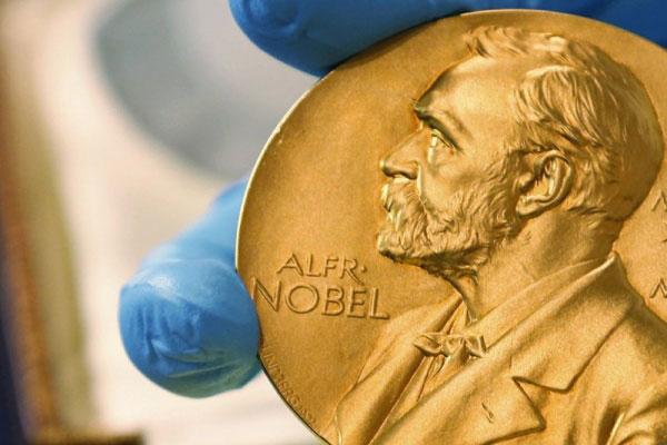 Um estadunidense, uma canadense e um francês receberam o prêmio Nobel de Física. Nesta quarta-feira (03) será o de Química