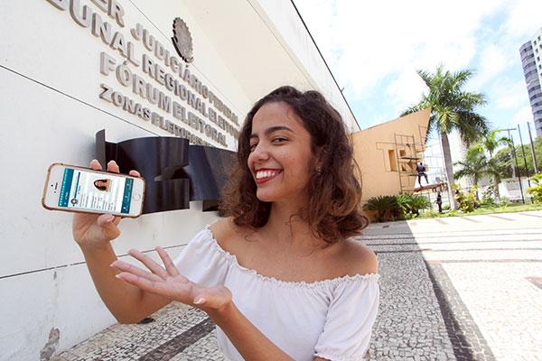 Débora, é uma jovem de 17 anos que vai votar pela primeira nestas eleições