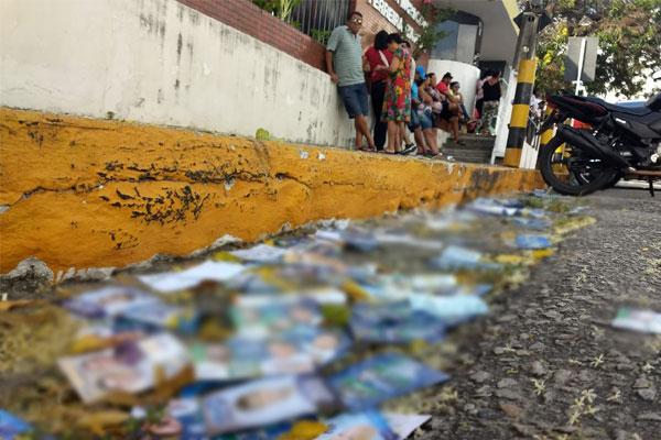 Santinhos de alguns candidatos se acumulam em uma rua do bairro das Quintas