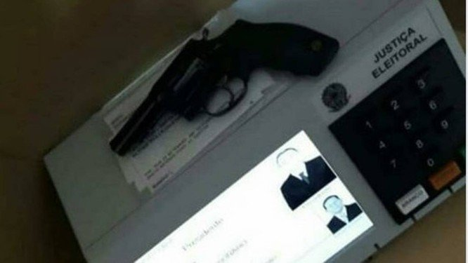 Imagens de armas em urnas circularam nas redes sociais