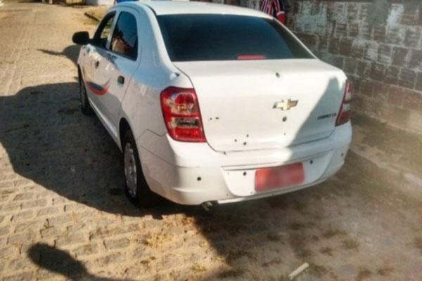 O carro, um sedã branco, ficou com diversas marcas de tiros