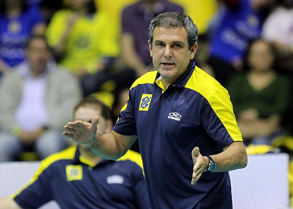 Zé Roberto lamenta a eliminação, mas tira peso das jogadoras