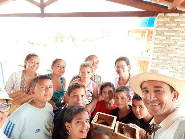 Francisco Melo ensina as crianças a manipulação das abelhas