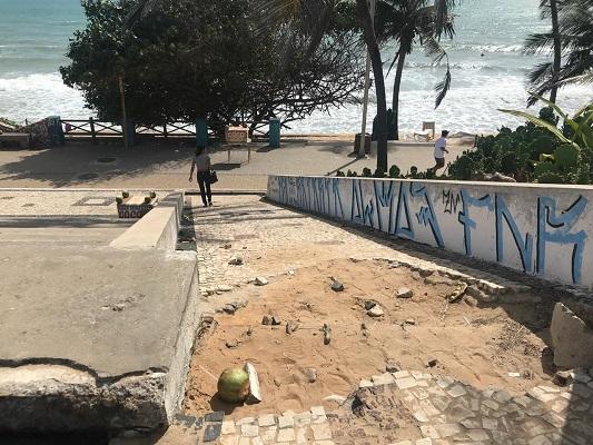 Acesso próximo a Via Costeira está danificado