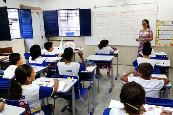 Professores da rede pública de ensino ganham 25% a menos em relação aos outros profissionais , diz Inep