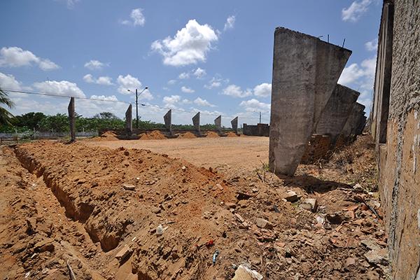 A construção da quadra poliesportiva da Escola Estadual Djalma Marinho não foi nem iniciada. No local, tudo parece ruína
