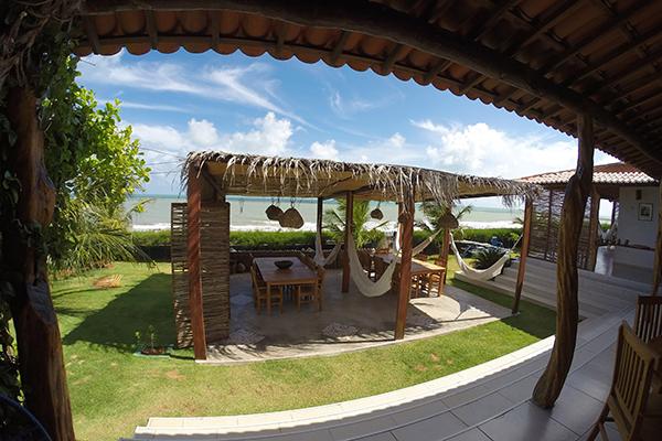 Na residência do casal Carlos Ferreira e Renata, o Samburá ganhou fama como um gastrolar sofistado na beira da praia de Gostoso