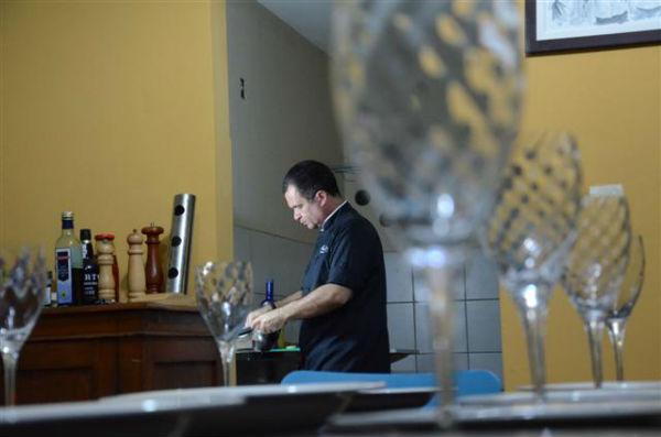 Alexandre Gurgel lançou o projeto Mi Casa és su casa, no qual recebe comensais em seu apê para jantares agendados