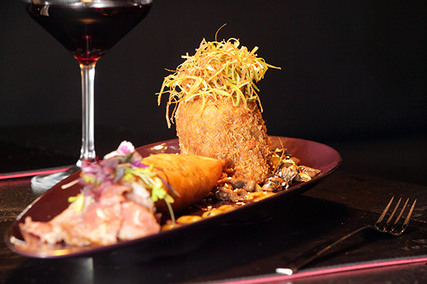 De carne vermelha, o menu traz kafta de cordeiro com molho de damasco e pudim de milho
