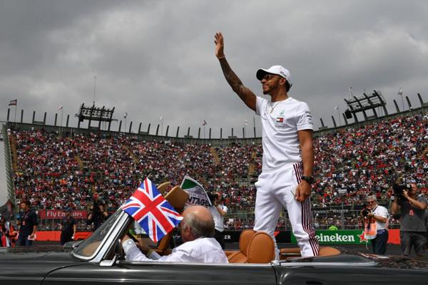 Inglês Lewis Hamilton comemora pentacampeonato mundial de Fórmula 1