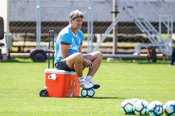 Renato Gaúcho não revelou o time titular, mas festejou a volta do atacante Everton ao time