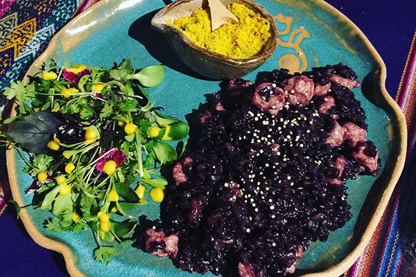 Um risoto de arroz negro com camarão e farofa de quinoa e o ceviche clássico