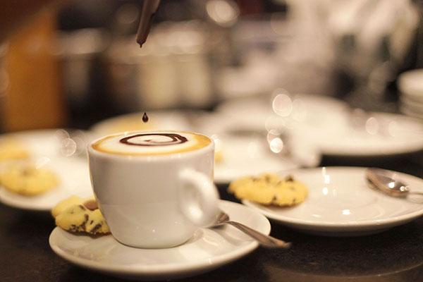 Nova cafeteria da livraria Saraiva amplia cardápio para a clientela que busca bom papo e leitura