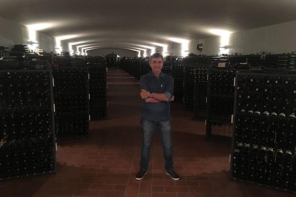 O colunista entre os vinhos de guarda da adega da Giovanni Folonari