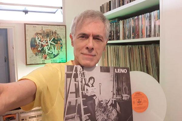 Na sala de seu apartamento, em Natal, Leno Azevedo curte o LP recém-saído do forno numa parceria Record Collector e Selo 180