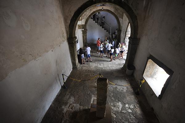 São poucos os que visitam a Fortaleza dos Reis Magos, diariamente. Em meio a escombros, eles logo se decepcionam e constatam que há pouco da memória da Natal de 1600