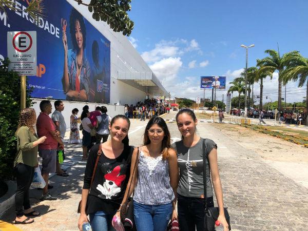 As amigas Ayala Cortês e Débora e Denise Lima moram longe do local da prova e por isso preferiram chegar cedo, por volta das 9h30 da manhã