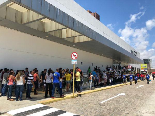No primeiro dia do Exame Nacional do Ensino Médio, muitos candidatos preferiram chegar cedo aos locais de prova para aguardar o horário das 11h