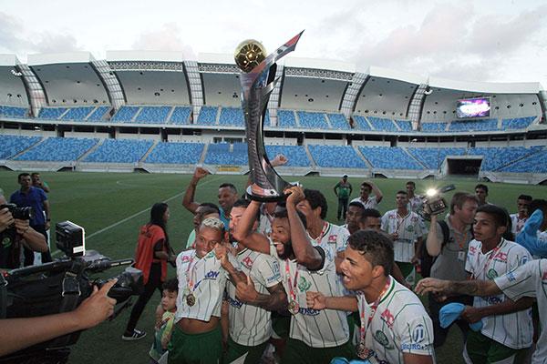 Após momentos de muita tensão, os jogadores do Palmeira comemoraram a conquista do título e o acesso com bastante animação
