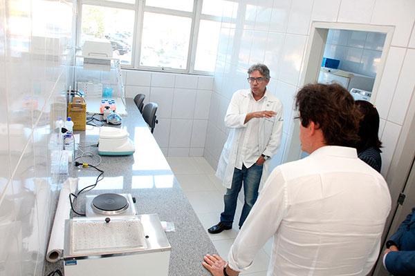 Laboratório foi inaugurado em julho e inicia o funcionamento após um curso para os servidores. Governador visitou o local ontem