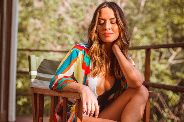 Estilista Bia Souza busca inspiração nas tendências de rua, em destaque os kimonos, saias e vestidos. Ela diz que procura criar coleções curtas,  com peças leves que  podem ser combinadas de formas diversas, para formar looksatemporais