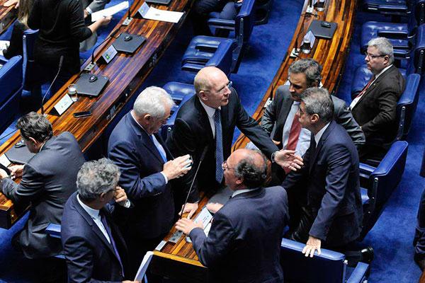 Senadores articulam, em plenário, a votação do projeto de lei que define aumento do Supremo