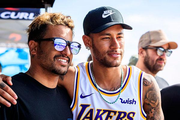Ítalo Ferreira, ao lado de Neymar. Potiguar nega egoísmo e diz defender seus patrocinadores