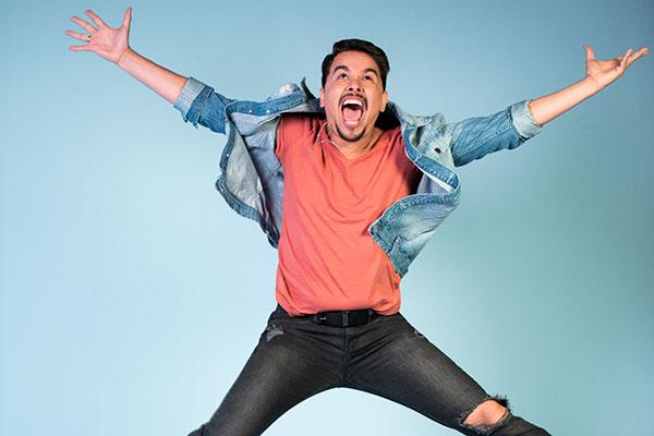 O potiguar Fernando Mendonça é dublador e um dos criadores da série Super Drags, com estreia nesta sexta-feira na plataforma Netflix