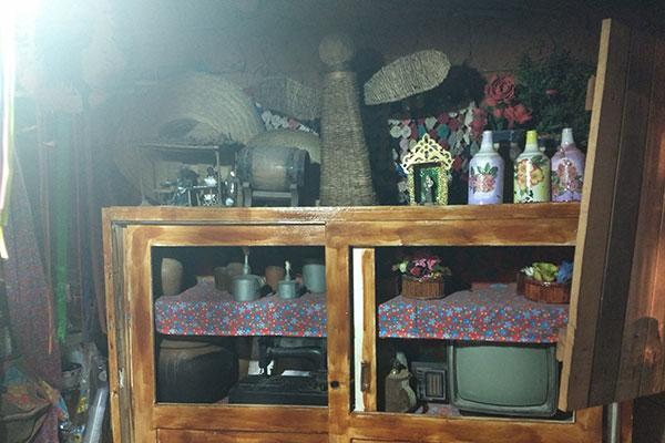 Casinha de taipa é decorada com objetos antigos de família